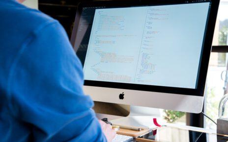 mężczyzna pracujący przy komputerze używa javascript