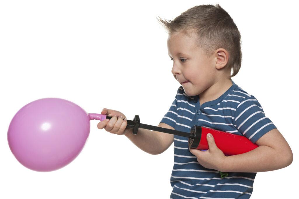 dziecko dmucha balona