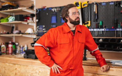 Mężczyzna w odzieży roboczej