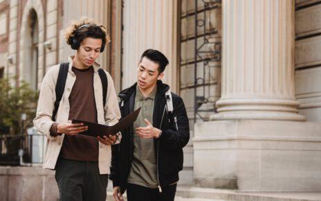 Stuneci uczący się na uniwersytecie we włoszech