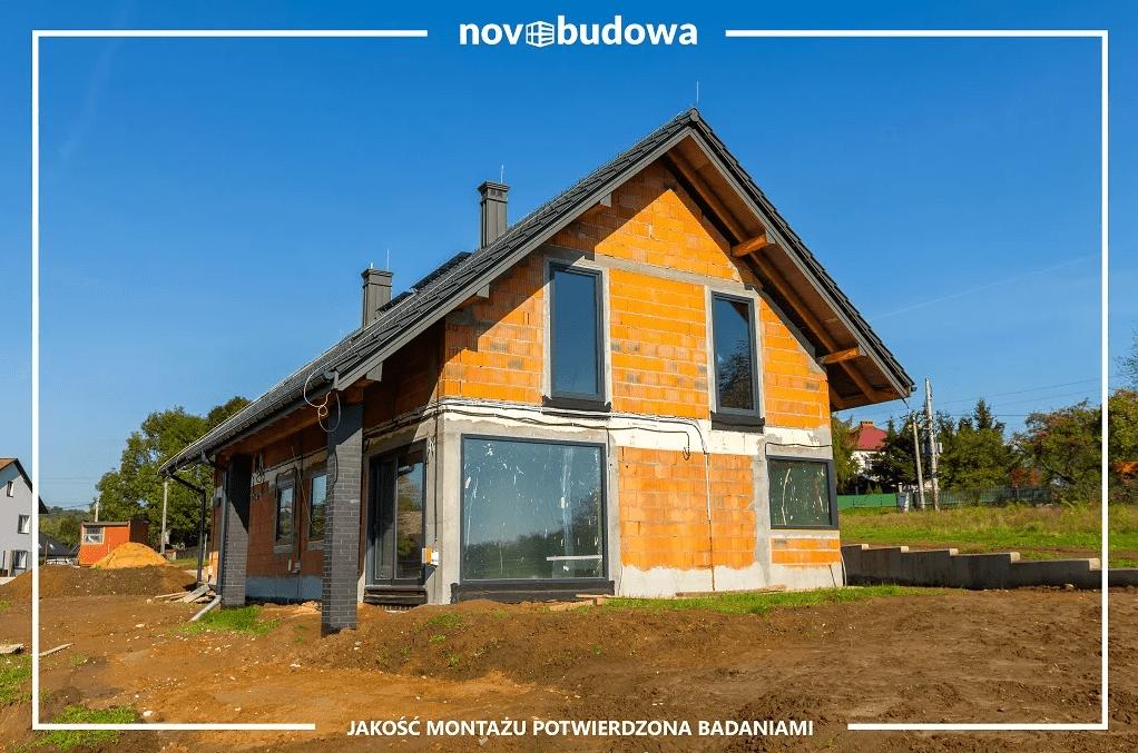 wybudowany dom ze wstawionymi oknami