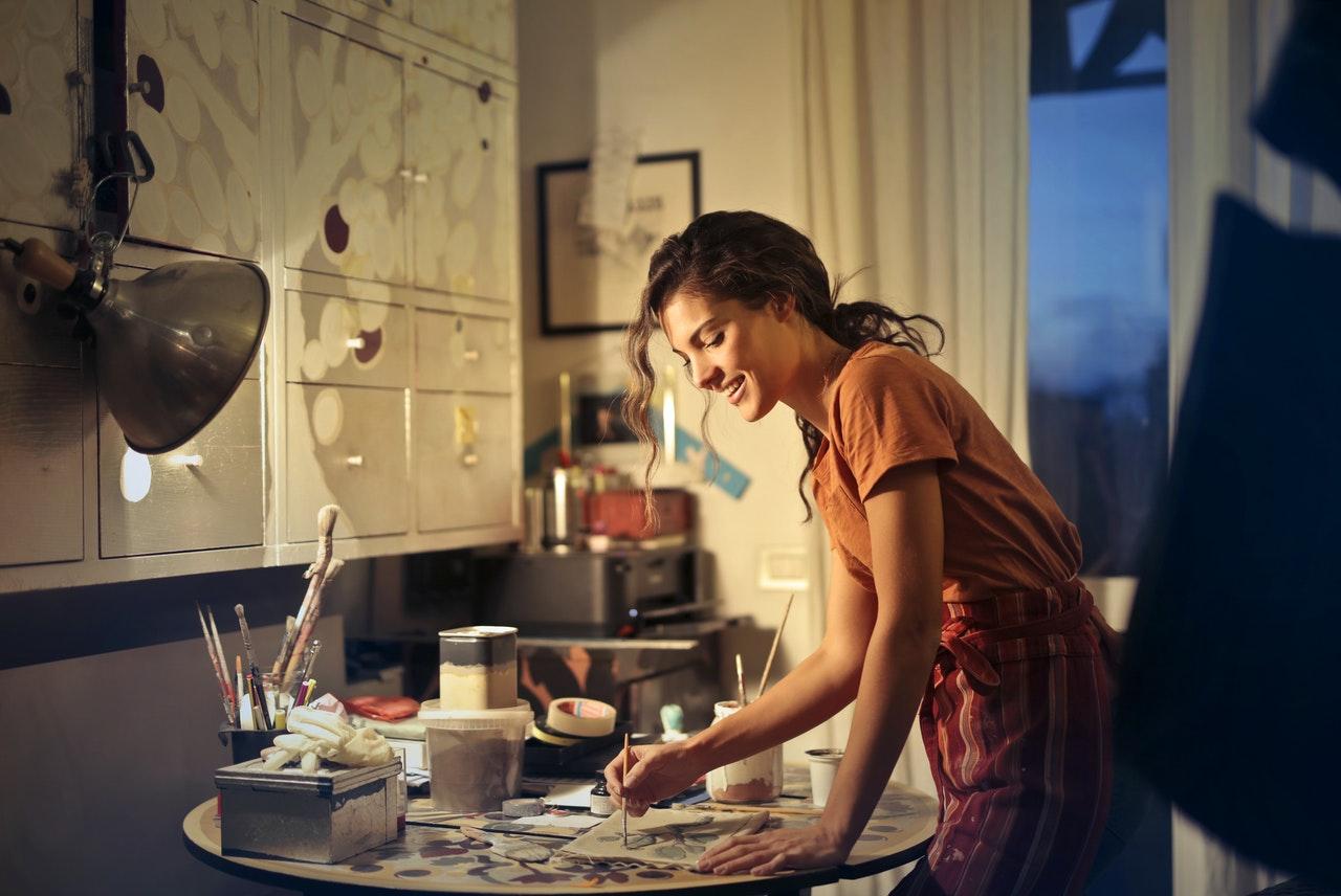 Usmiechnięta kobieta przygotowująca pracę na kierunek artystyczny