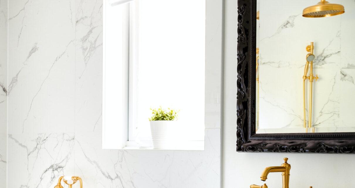 Złote elementy w łazience.
