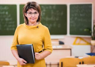 Nauczycielka posiadająca list rekomendacyjny wzór