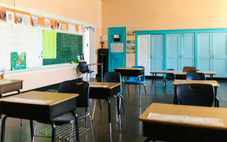 Ustawione meble w klasie