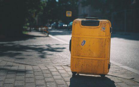 Wyjazd za miasto z małą żółta walizką