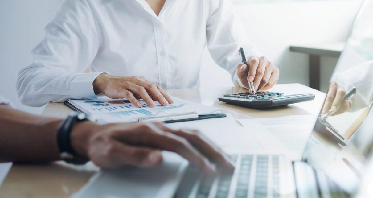 Doradca finansowy liczy na kalkulatorze