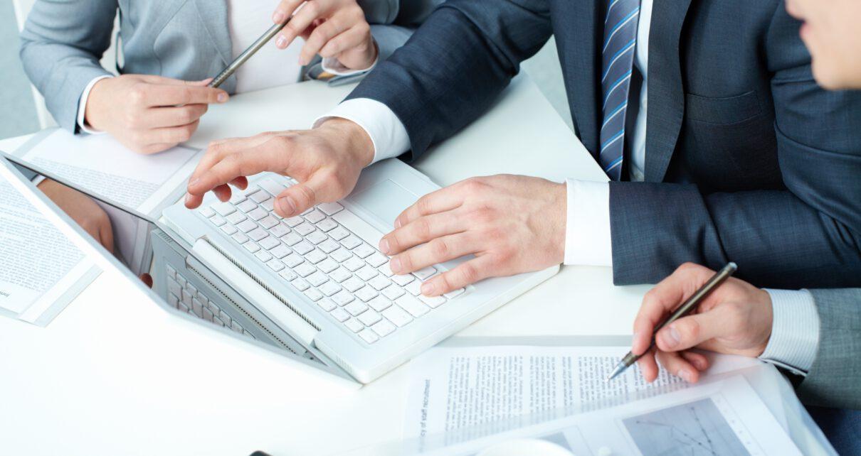Osoby pracują w biurze rachunkowym